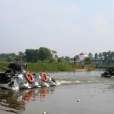 Xe thiết giáp của Tiểu đoàn Thiết giáp 47 thực hành lái bơi nước