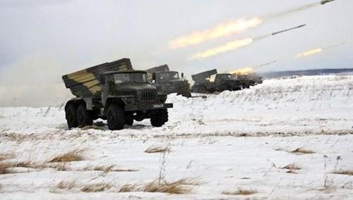 Pháo phản lực phóng loạt Tornado-G bắn đạn liên hoàn trong một lần tập trận.